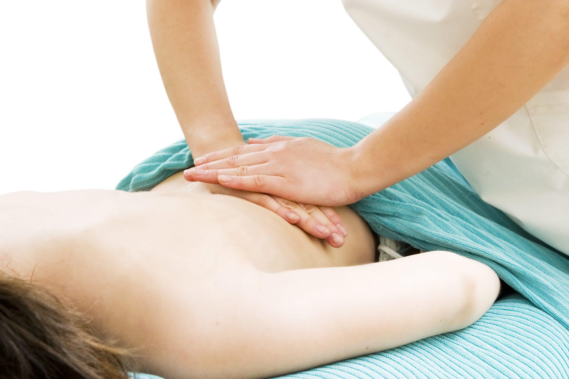 Masaje descontracturante de espalda aplicado en nuestra clínica de Fisioterapia en Madrid